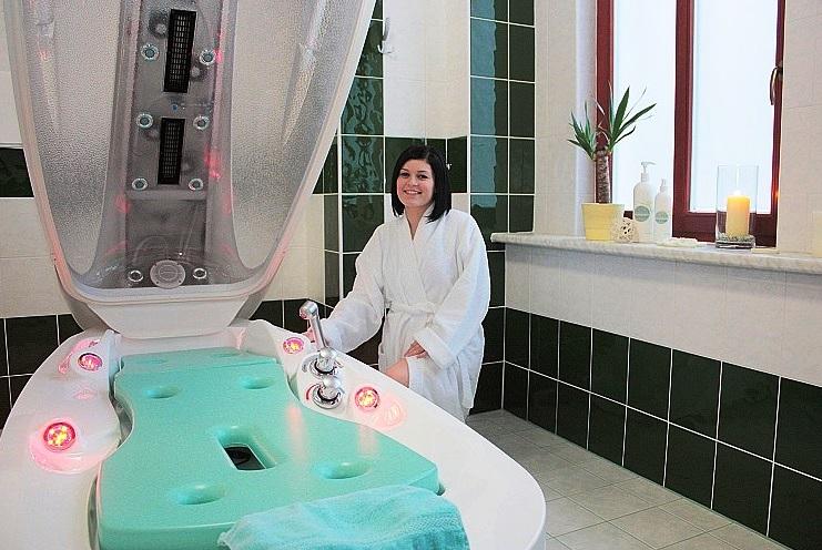 Vyzkoušejte koupele ve speciálním v masážním vanovém boxu SPA-Jet, využívající přirozené léčebné síly vody, páry, tepla a světla k osvěžení a relaxaci. Foto Wellness Hotel Ida