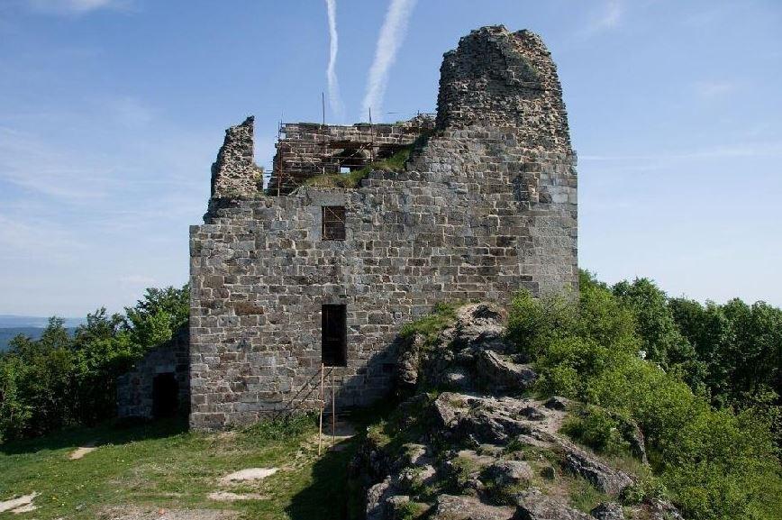 Doporučujeme navštívit také románskou zříceninu hradu Přimda, který je po Pražském hradu považován za druhou nejstarší stavbu kamenného hradu v Čechách. Foto Město Přimda