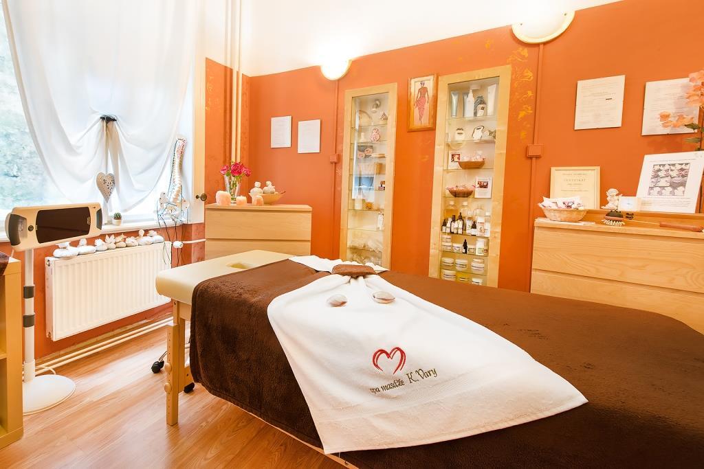 Spa Masáže Lenka nabízí masáže (klasické, aromatické, reflexní), ruční lymfatickou masáž, akupresuru, baňkovou masáž, anticelulitidní masáž, čokoládovou masáž, masáž lávovými kameny, parní bylinnou lázeň, zábaly, koupele aj.