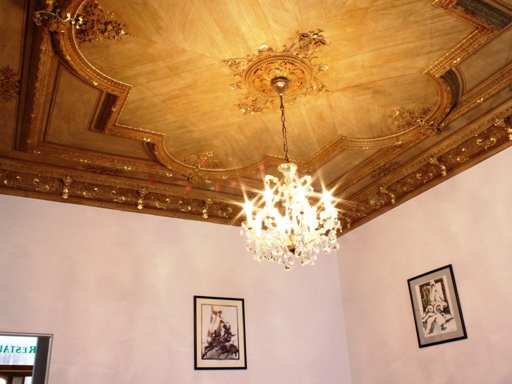 V pokojích kategorie A s balkónem a pokojích ve střední části hotelu se dochovala cenná štuková dekorace stropů zdobená zlatem.