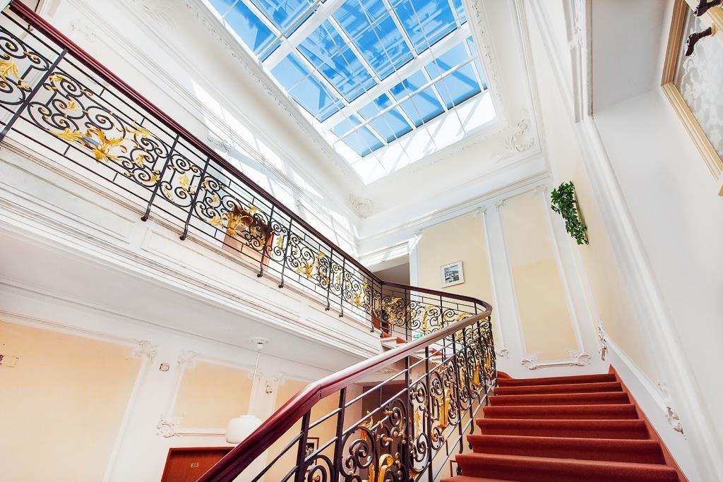 V hotelové restauraci je unikátní štukový strop s jemným fládrováním a zlacenými prvky, který nemá vyjma Císařských lázní v Karlových Varech obdoby.
