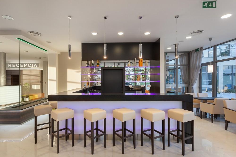 V hotelu se nachází i pohodlný lobby bar, kde si můžete vybrat ze široké nabídky nápojů, zákusků, koktejlů, kávy, pohárů a dalších specialit.