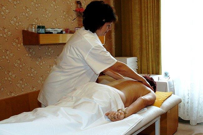 Pro aktivní odpočinek vám hotel Polonia nabízí klasické masáže, reflexní masáže, masáž lávovými kameny, čokoládovou masáž, suchou uhličitou koupel, rašelinové obklady. Foto hotel Polonia
