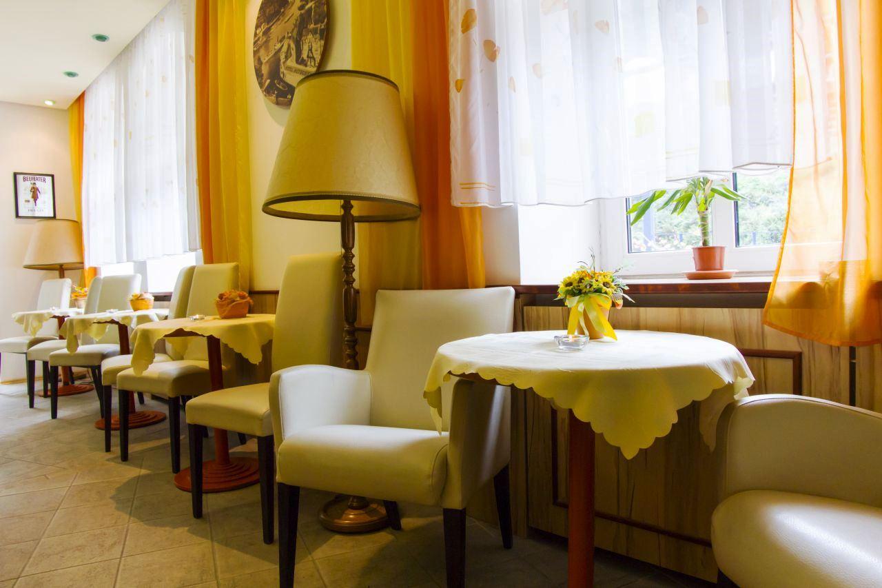 V přízemí Hotelu Praha se nachází restaurace, kde servírujeme snídaně formou švédského stolu. Restaurace a la carte je otevřena od 10:00 hod. do 22:00 hod. Restaurace s celodenním provozem nabízí svým návštěvníkům bohatý výběr tradičních jídel a hotelových specialit.