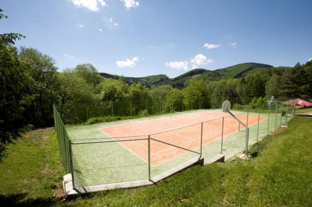 Hotel Rusava nabízí širokou škálu sportovních aktivit – kuželky, tenis, trampolína, k dispozici jsou hřiště, půjčovna kol, koloběžek.