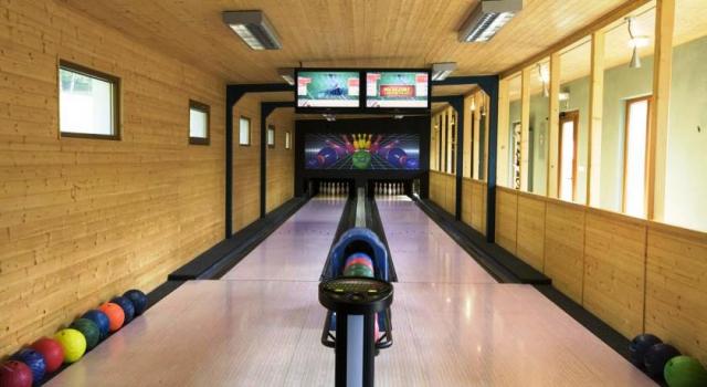 Nově vybudovaná bowlingová herna se nachází v areálu hotelu Rusava