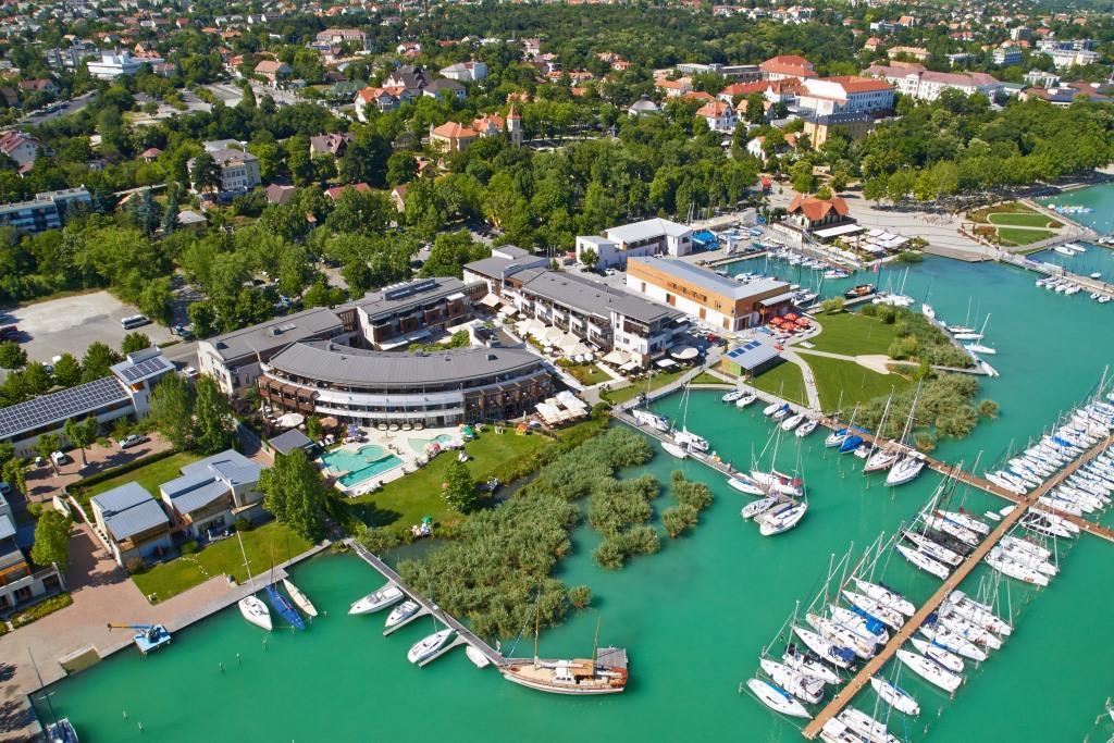 Hotel Silverine Lake Resort je situován přímo na severním břehu Balatonu, na plážové promenádě známého letoviska Balatonfüred.