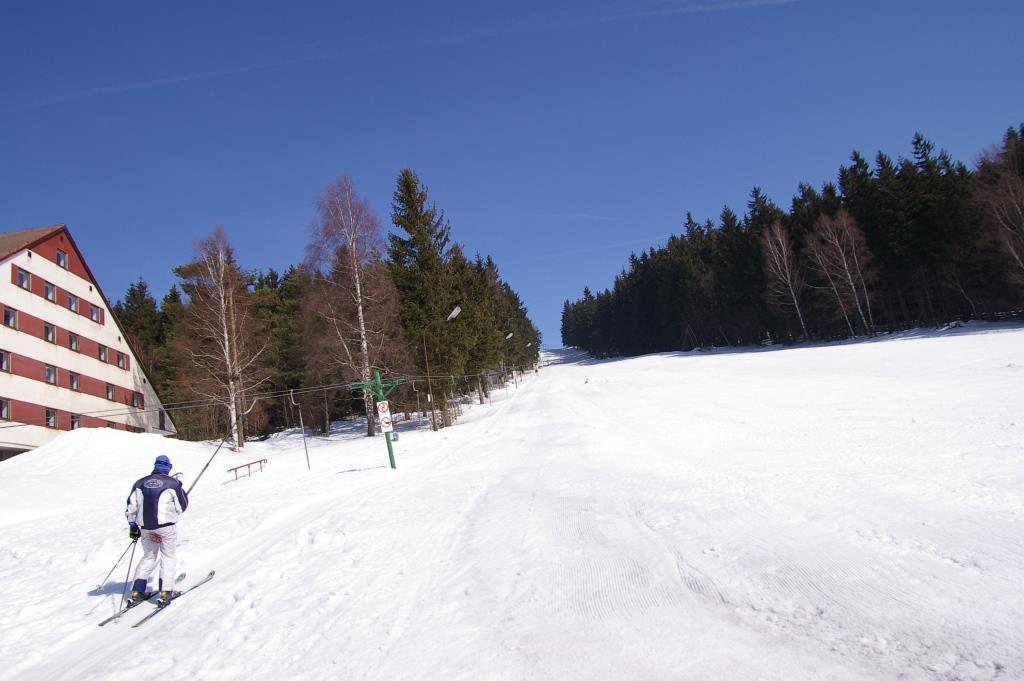 Milovníci zimních sportů jistě ocení sjezdovku v těsné blízkosti hotelu a mnoho kilometrů běžkařských tras, které jsou pravidelně udržovány.