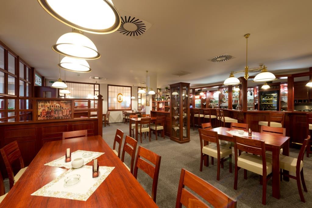Nabídka zahrnuje jak tradiční českou, tak světovou kuchyni, včetně lehkých a zeleninových jídel. V hotelu Svratka si také pochutnáte na domácích moučnících. Mezi kulinářské speciality pak patří grilované pokrmy, čerstvé ryby a zvěřina.