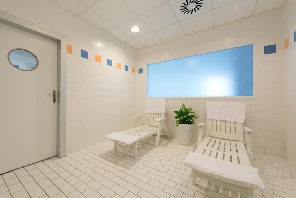 Ve wellness centru Hotelu Svratka mohou hosté využít vyhřívaný bazén s chrličem, saunu, masáže (klasické, relaxační, baňkové, lávovými kameny, lymfatické, hydraulické, dolních a horních končetin), kosmetické služby, vodoléčbu, různé druhy masáží.