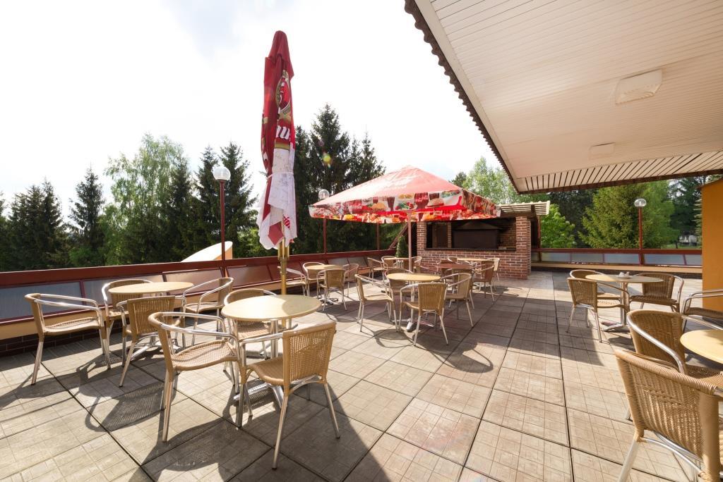 . V létě je možné využít prostornou hotelovou terasu ke gril párty.