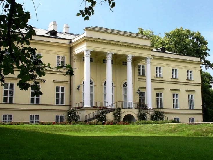Mezi zajímavosti města Kostelec n./Orlicí patří například Nový zámek v empírovém stylu se zámeckým parkem patřícím mezi nejrozsáhlejší a nejhodnotnější přírodní krajinářské parky v kraji.