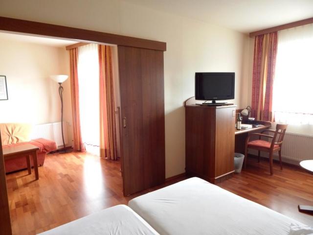 eltlin.Suite 40 m2,dvoulůžkový pokoj s oddělenými ložnicemi a balkonem, oddělené WC, vana, pokojový trezor,fén
