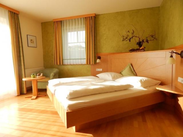 Saurüssel – pokoj bílého vína 25 m2, dvoulůžkový pokoj s balkonem, oddělené WC, vana, pokojový trezor, fén