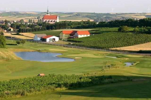 Milovníci přírody, znalci vína a hráči golfu si u nás zaručeně přijdou na své. Golfové hřiště Veltlinerland skýtá jedinečný golfový prožitek uprostřed vinohradů.