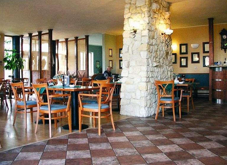Hotel u Milína. Bezbariérová je rovněž naše restaurace a motorest s kapacitou 110 míst. V ní vám náš personál připravuje každý den širokou nabídku hotových jídel, minutek i gurmánských specialit.
