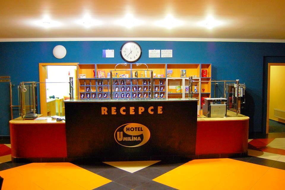 Recepce Hotelu u Milína. Čtyřhvězdičkový Hotel u Milína nabízí kvalitní ubytování nedaleko Prahy o celkové kapacitě 115 lůžek ve 47 pokojích. Hotel u Milína disponuje také plně zařízenými konferenčními prostory, které jsou vhodné pro kongresy, firemní školení či prezentace.