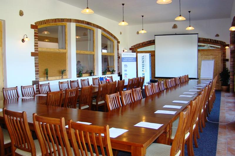 Firemní akce, školení, oslavy, svatby a společenské akce - hotel Podlesí firmám nabízí možnost pořádání konferencí, firemních školení, prezentačních akcí, seminářů, kurzů apod., foto hotel Podlesí