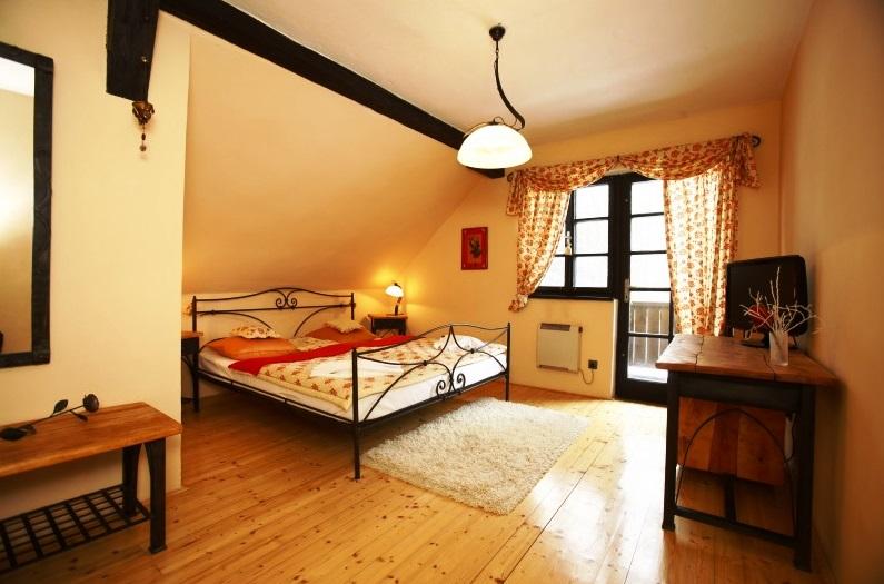 Ubytovací kapacitu hotelu Klokočkův mlýn tvoří 30 lůžek ve dvou budovách. V podkroví jsou připraveny čtyři luxusní pokoje, tři třílůžkové a jeden dvoulůžkový, každý v jiném stylu. Ve vedlejší budově, vzdálené pár kroků, je jeden apartmán se dvěma třílůžkovými pokoji, dva trojlůžkové, jeden dvoulůžkový a jeden pětilůžkový pokoj. Všechny jsou s vlastní koupelnou a WC, vybavené TV.