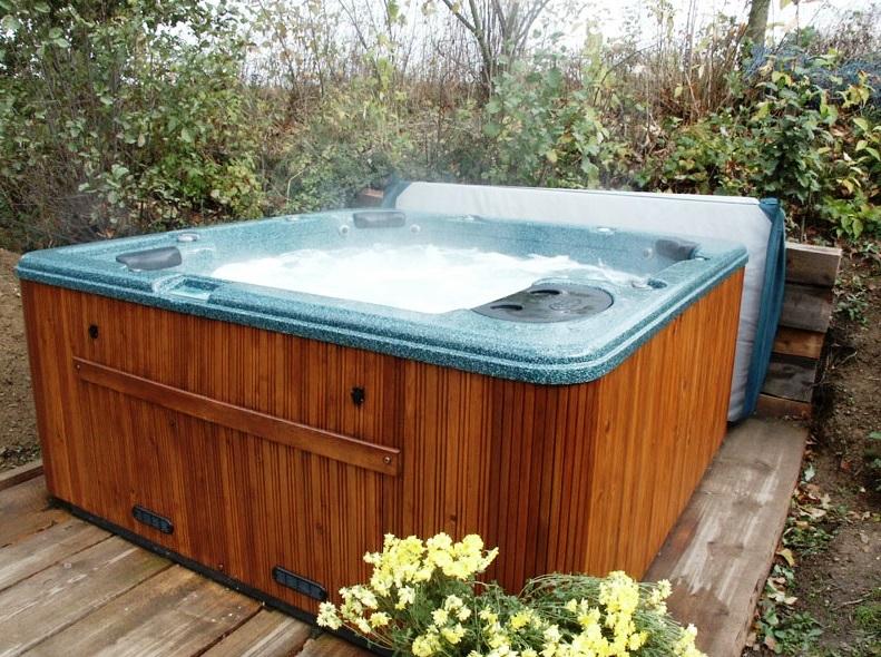 Také můžete relaxovat v sauně či venkovním whirlpoolu s celoročním provozem. Foto hotel Klokočkův mlýn