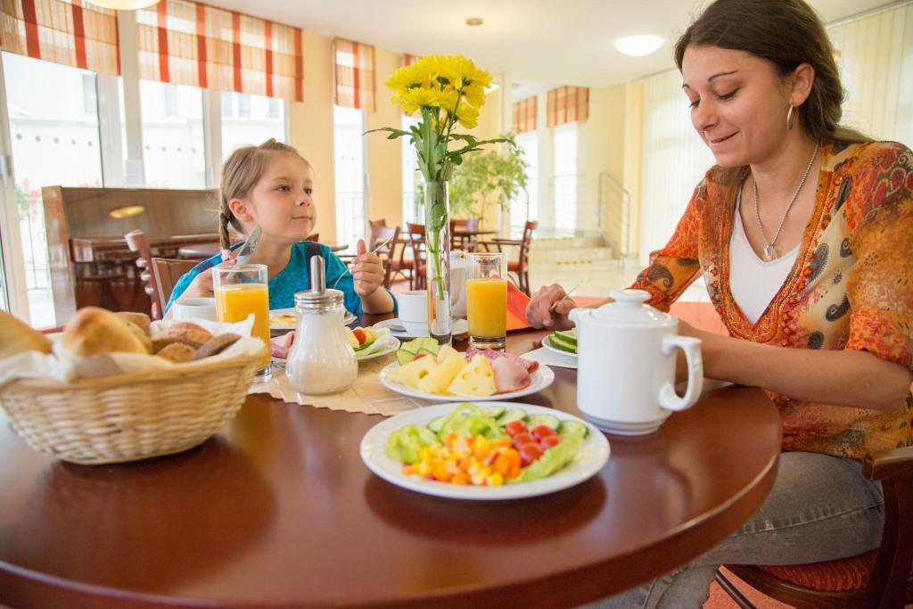 Stravování je poskytováno v hotelové restauraci, která se nachází v budově Mánes I. Profesionální personál včetně nutričního terapeuta se stará o individuální stravu klientů se širokou nabídkou diet (diabetická, nízkocholesterová, bezlepková), redukčních programů a vegetariánské stravy.