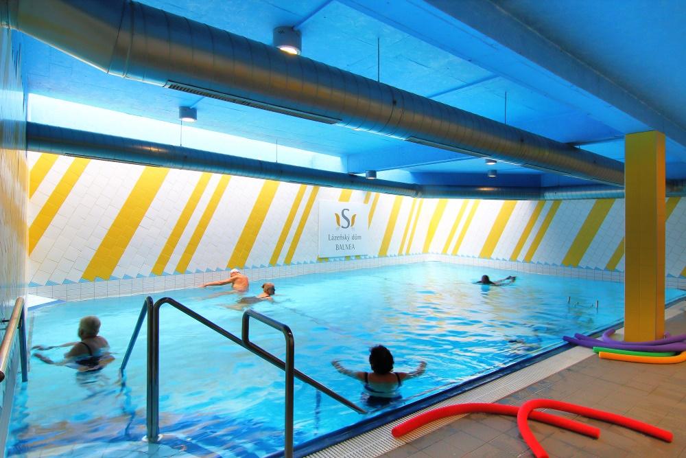 Pro odreagování slouží sál pro skupinové cvičení vybavený žíněnkami a stroji pro fitness a další 2 místnosti pro individuální cvičení. Dále bazén, whirlpool, vany celotělové i pro podvodní masáže a podvodní masáže končetin.