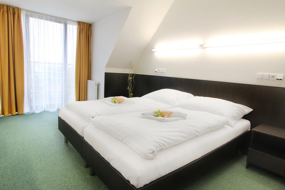 V objektu jsme pro vás připravili dvoulůžkové pokoje s příslušenstvím + 4 apartmány, restauraci, bar, letní terasu s pohodlnými lehátky.