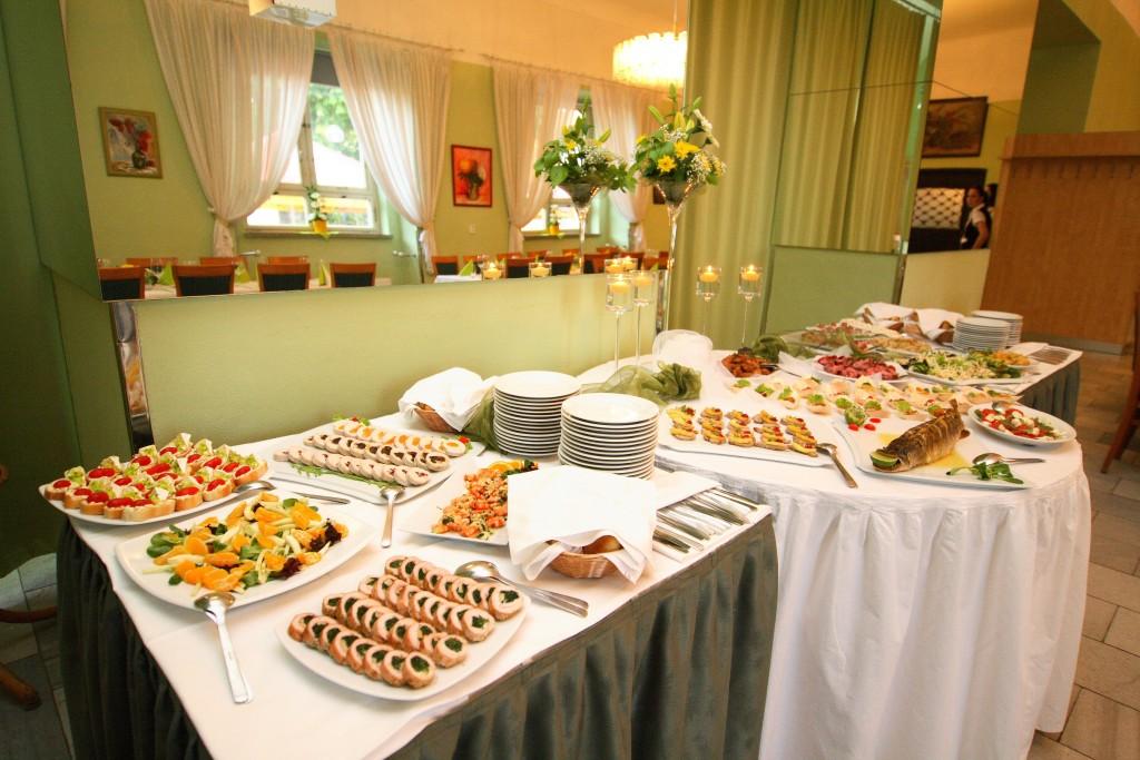 V hlavní lázeňské historické budově Morava se nachází restaurace, jídelna pro ubytované lázeňské hosty, knihovna, vyhřívaný sirný bazén, prostory vodoléčby a dalších procedur.