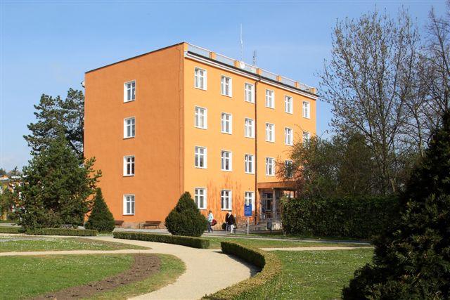 Lázeňský dům Mánes je rozdělen do dvou částí a to na provozní a ubytovací prostory. V prostorách LD Mánes probíhají pod vedením zkušených fyzioterapeutů individuální cvičení a masáže.