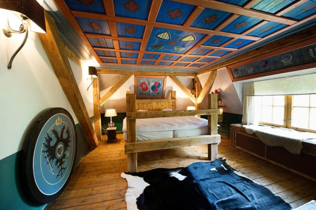 Pokoj Jan Werich - Račte vstoupit do pokoje v rytířském stylu a to přímo dveřmi z pohádkového seriálu Mazalové a filmu V peřině.