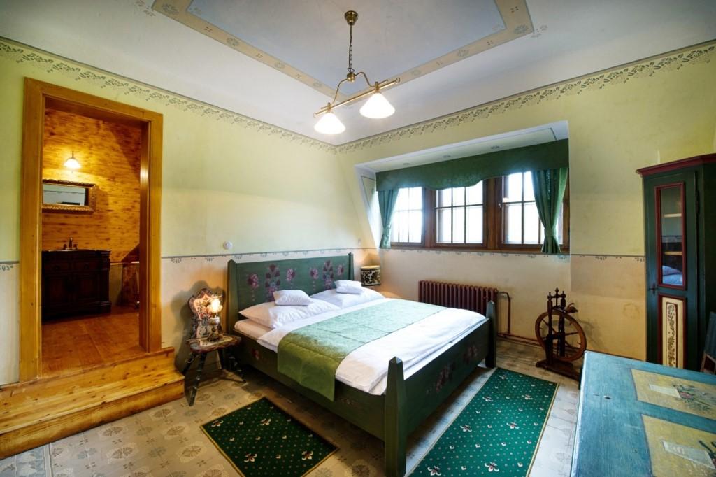 Ladislav Pešek je romantický pokoj pro dva. Nechte se unést překrásnou koupelnou v dřevěném stylu.
