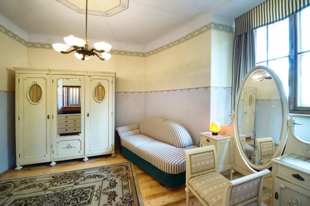 Lída Baarová - luxusní apartmán s bílým dobovým nábytkem a manželským lůžkem v témže stylu.