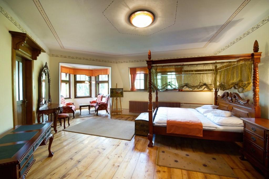 Nataša Golová - noblesní pokoj větších rozměrů s manželskou postelí s nebesy a jedním odděleným lůžkem.