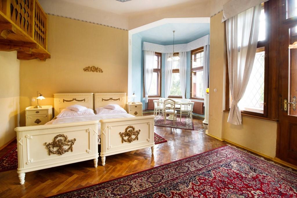 Oldřich Nový - stylový pokoj s manželskou postelí a dvěma oddělenými lůžky v patrové nástavbě s možností vlastního vstupu do wellness a vlastním balkonem.