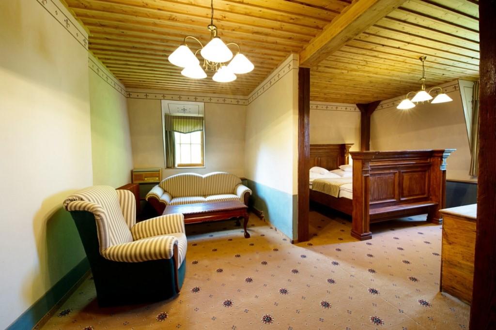 Svatopluk Beneš - luxusní pánský apartmán v pánském prvorepublikovém stylu s masivním manželským lůžkem a možností přistýlky pro dva.