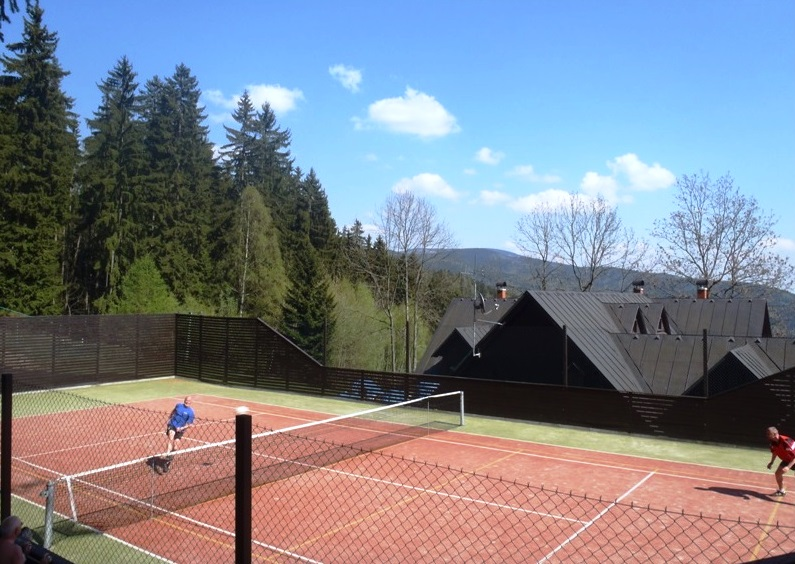 V létě je možnost využití hřiště s umělým povrchem na tenis volejbal či nohejbal.