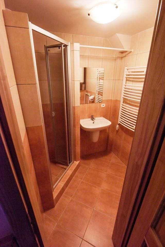 Liberecká bouda - Ubytovací kapacita je 37 lůžek v pokojích s koupelnou a WC a 13 lůžek v podkroví s koupelnou a kuchyňkou.