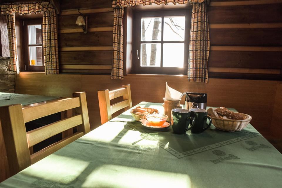 Součástí Penzionu Liberecká bouda je stylová restaurace s barem a krbem a venkovní terasou.