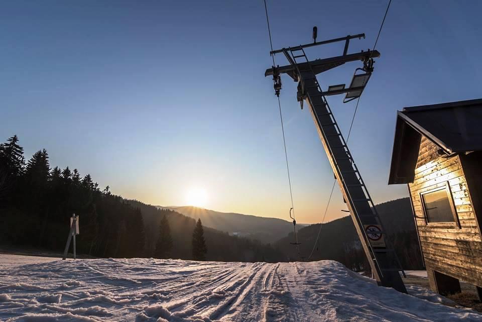 Vynikající lyžařské terény přímo u objektu jižní upravovaný svah vhodný i pro rodinné lyžování. Ski areál Luisino údolí lyžování za nejlepší ceny v Krkonoších přímo u objektu Penzionu Liberecká bouda.