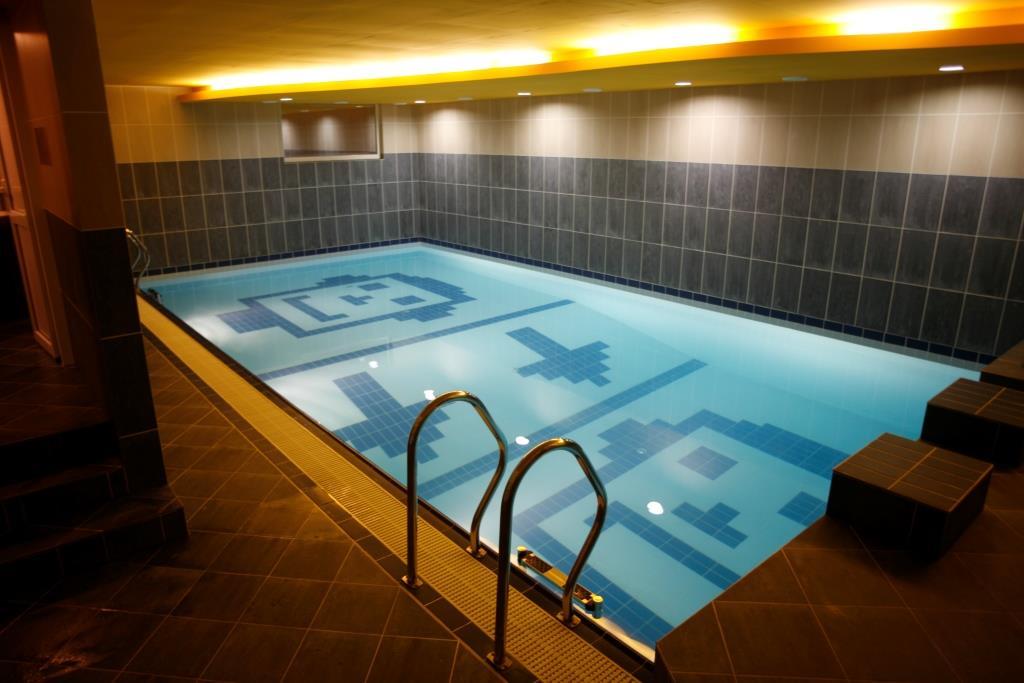 Využít můžete vnitřní bazén 10 x 5 m, whirlpool pro 7 osob, prostornou saunu.