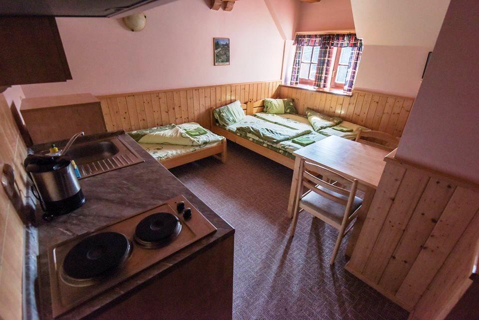 Na každém pokoji je plně vybavený kuchyňský kout s nádobím, lednice s mrazícím prostorem, rychlovarná konvice a dřez.