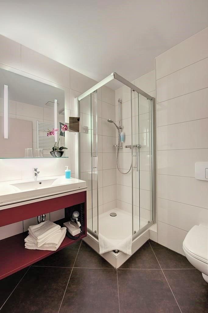 Hotel Lindenhof Bad Schandau poskytuje zařízené pokoje se satelitní TV s plochou obrazovkou, minibarem a vlastní koupelnou se sprchovým koutem, župany a fénem.