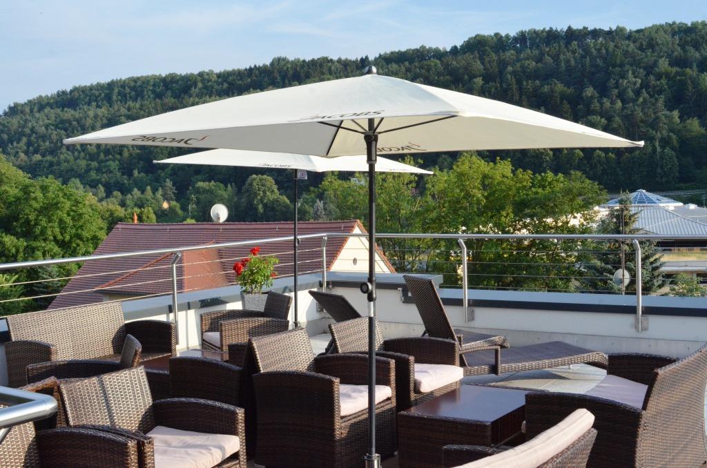 Na střešní terase je krásný výhled na horu Lilienstein a řeku Labe.