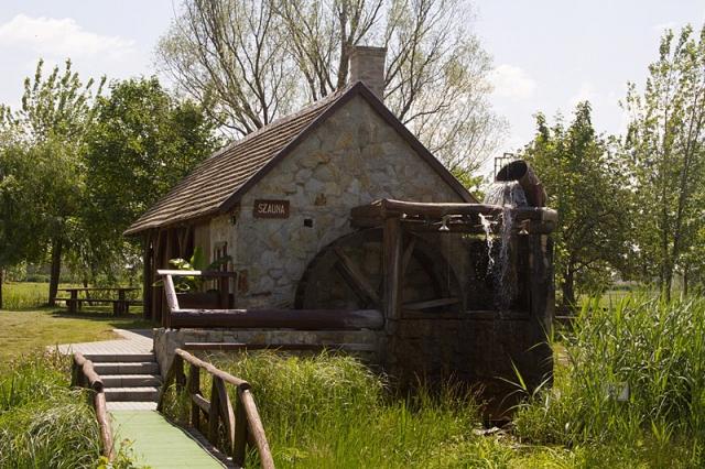 Na odděleném ostrůvku se nachází vodní mlýn se saunovým domem