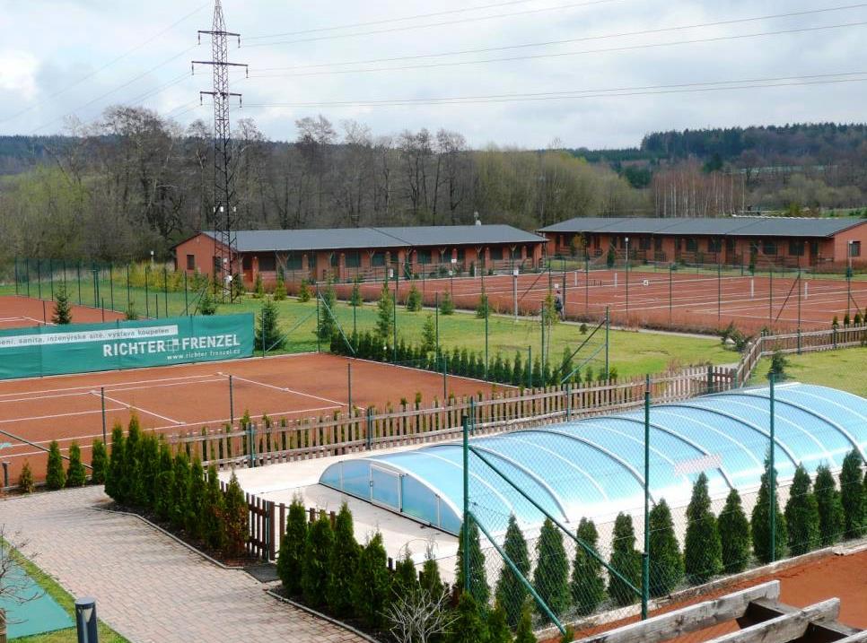 Areál Oázy Říčany disponuje velmi kvalitním zázemím pro tenis, v areálu se nachází 8 venkovních antukových kurtů (2 s osvětlením) a 3 kurty v pevné tenisové hale, foto Oáza Říčany