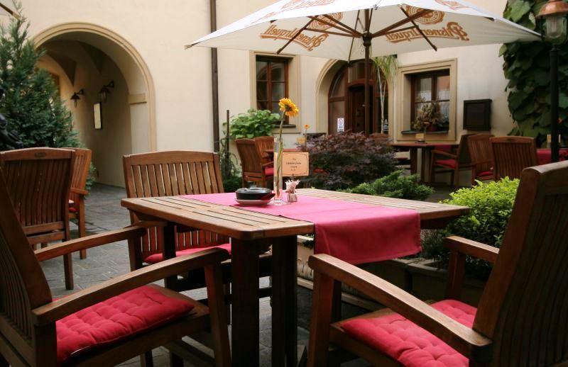 V teplejších měsících můžete stolovat na krásné terase nebo si užívat slunce na jednom z hotelových nádvoří.