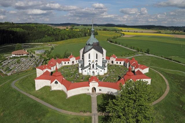 Poutní kostel sv. Jana Nepomuckého z počátku 18. století. V roce 1994 byl zapsán na Seznam světového kulturního dědictví UNESCO.