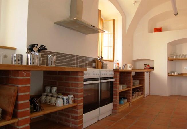 Společná nadstandardně vybavená a dimenzovaná kuchyně.