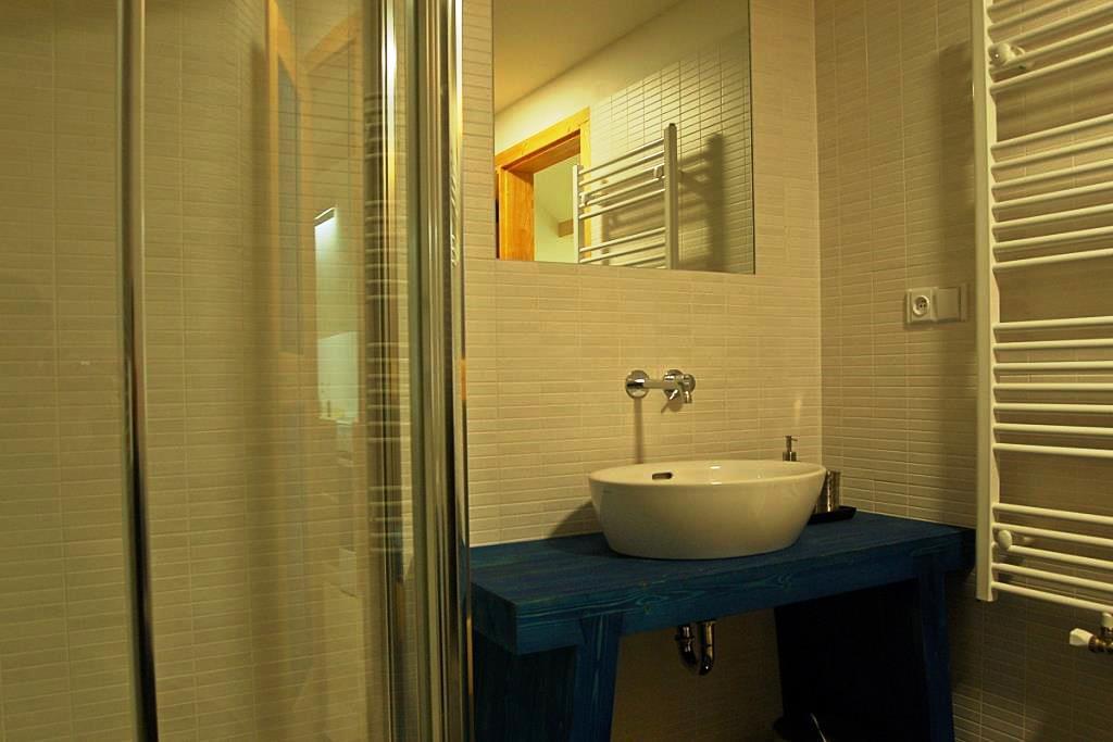 Modrý apartmán se nachází v 1 patře na štítové straně budovy, proto má kromě střešních oken i okna ve stěně a je vybaven vlastní kuchyňkou.