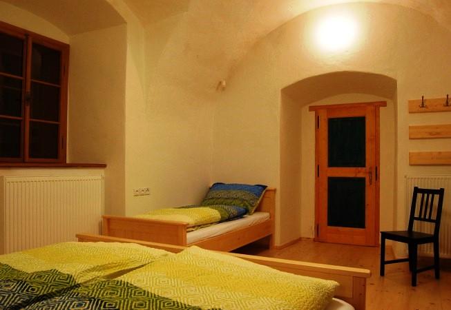 Modrý pokoj pod klenbami se nachází se v přízemí budovy a sousedí se společenskou místností.